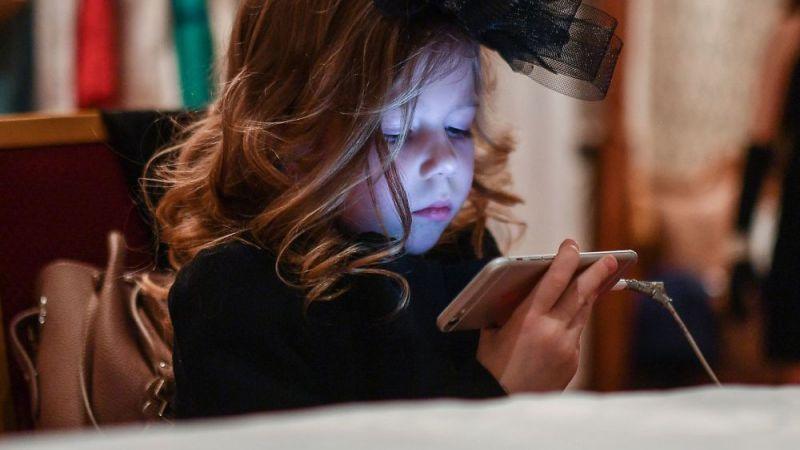 أبعدوا أطفالكم عن الأجهزة الذكية..
